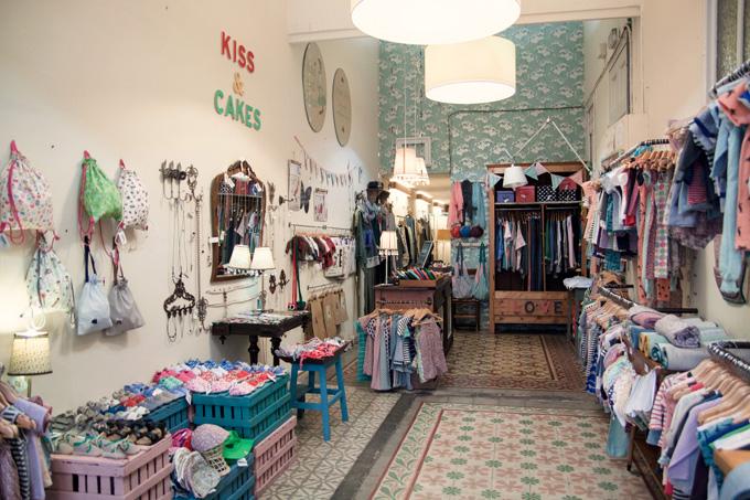 Kiss and cakes mammaproof barcelona for Decoracion de negocios de ropa