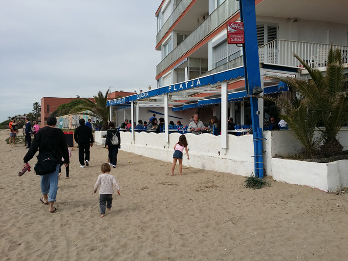 La quesada ideal comer fuera en familia en la playa for Restaurante con piscina provincia barcelona