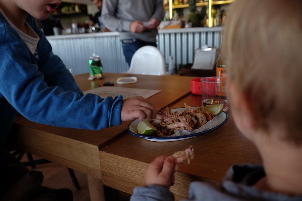 restaurantes para ir con niños en Barcelona - Woki playa Barceloneta