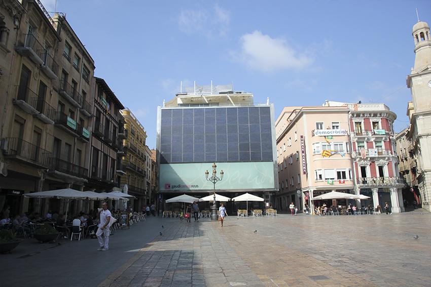 Plaza del mercadal en reus con el centre gaudí de fondo