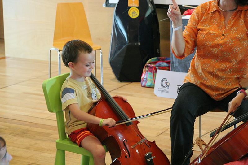 Nil aprende a tocar el Violoncello
