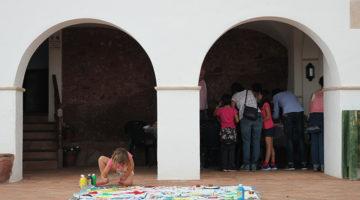 Exterior de la Ermita de la Mare de Déu de la Roca donde hacemos dibujan un mural de Miró sobre tela