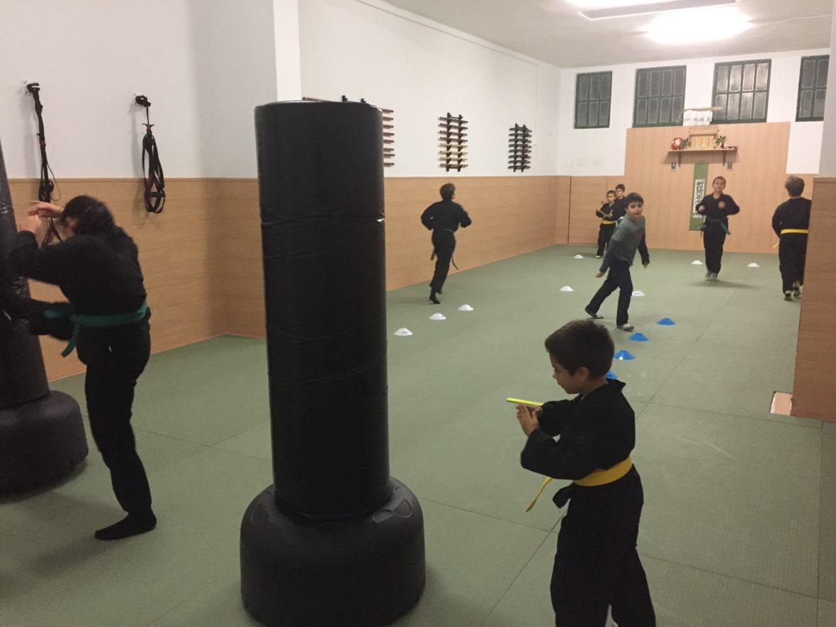 Clase de artes marciales para niños en Genbukan Benten Dojo