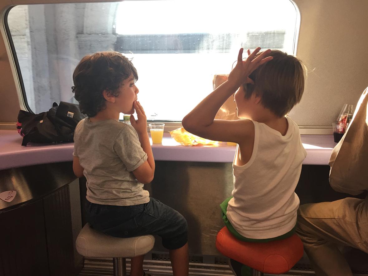 en tren con niños