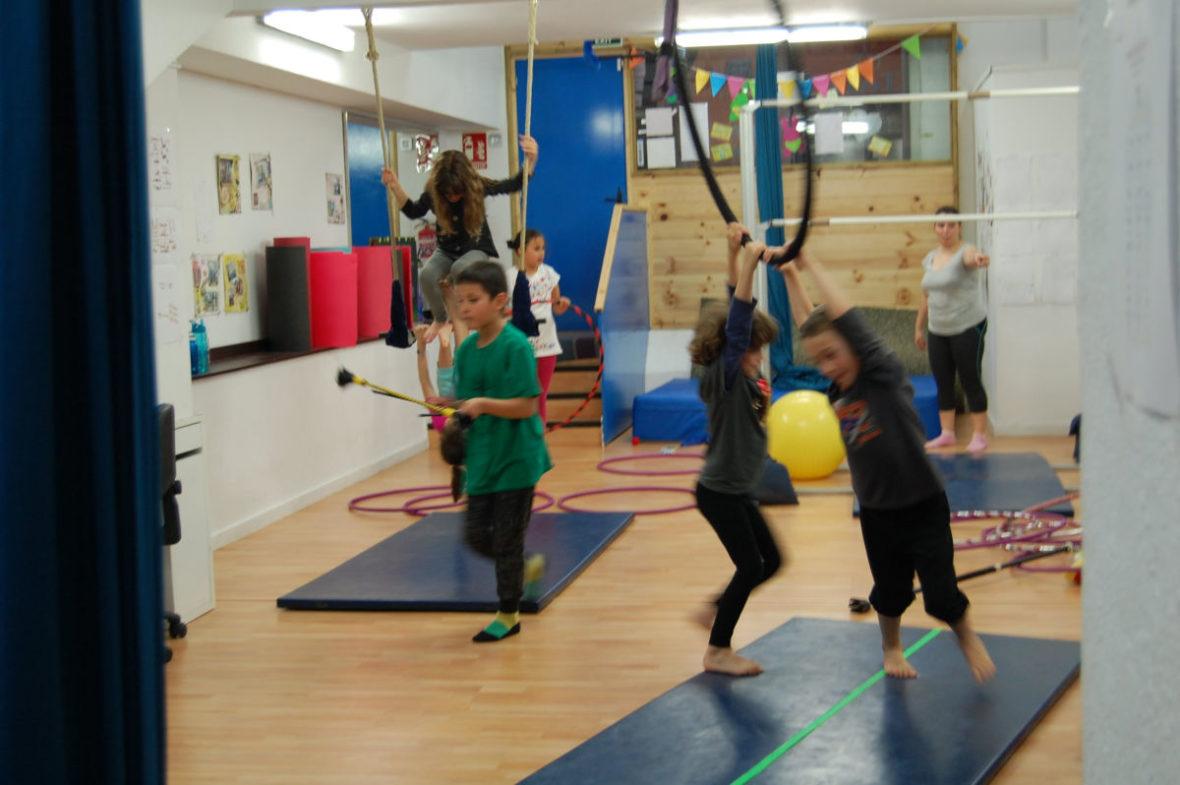 Clases extraescolares de circo en La Colombina, en Sants
