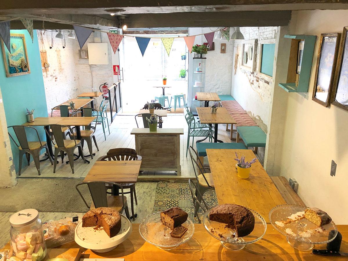 atelier cafetería con rincón familiar