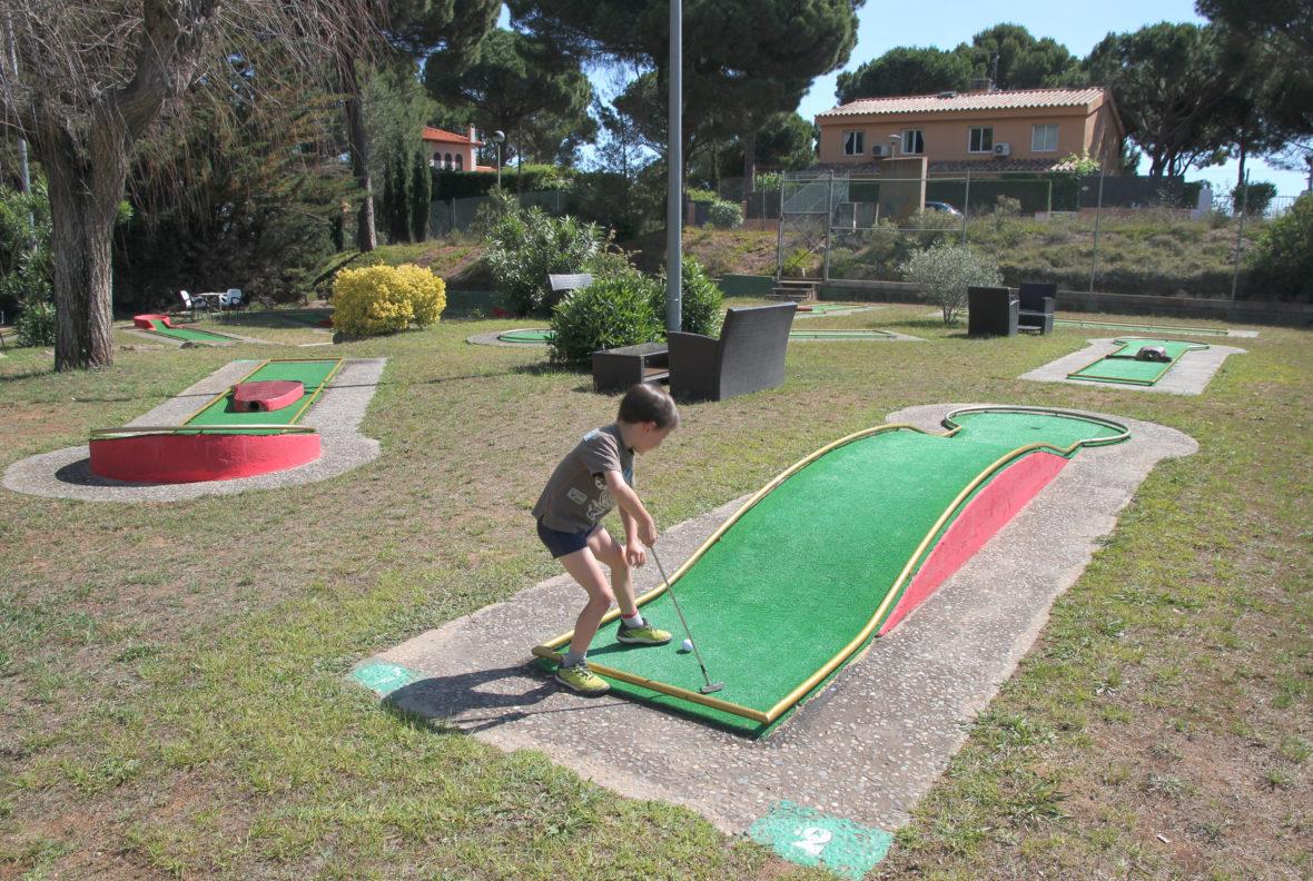 Nil jugando al minigolf del Aparthotel & Village Golf Beach
