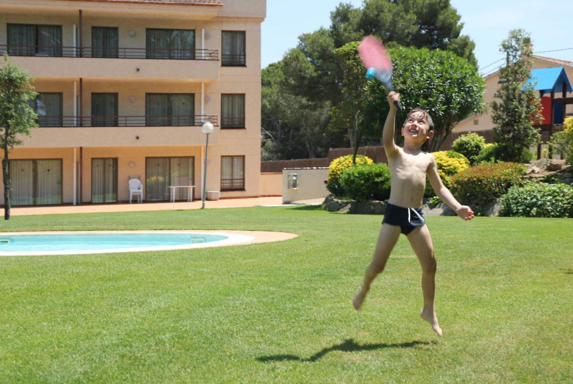 Nil jugando con la raqueta en el jardín del Jardín del Aparthotel & Village Golf Beach