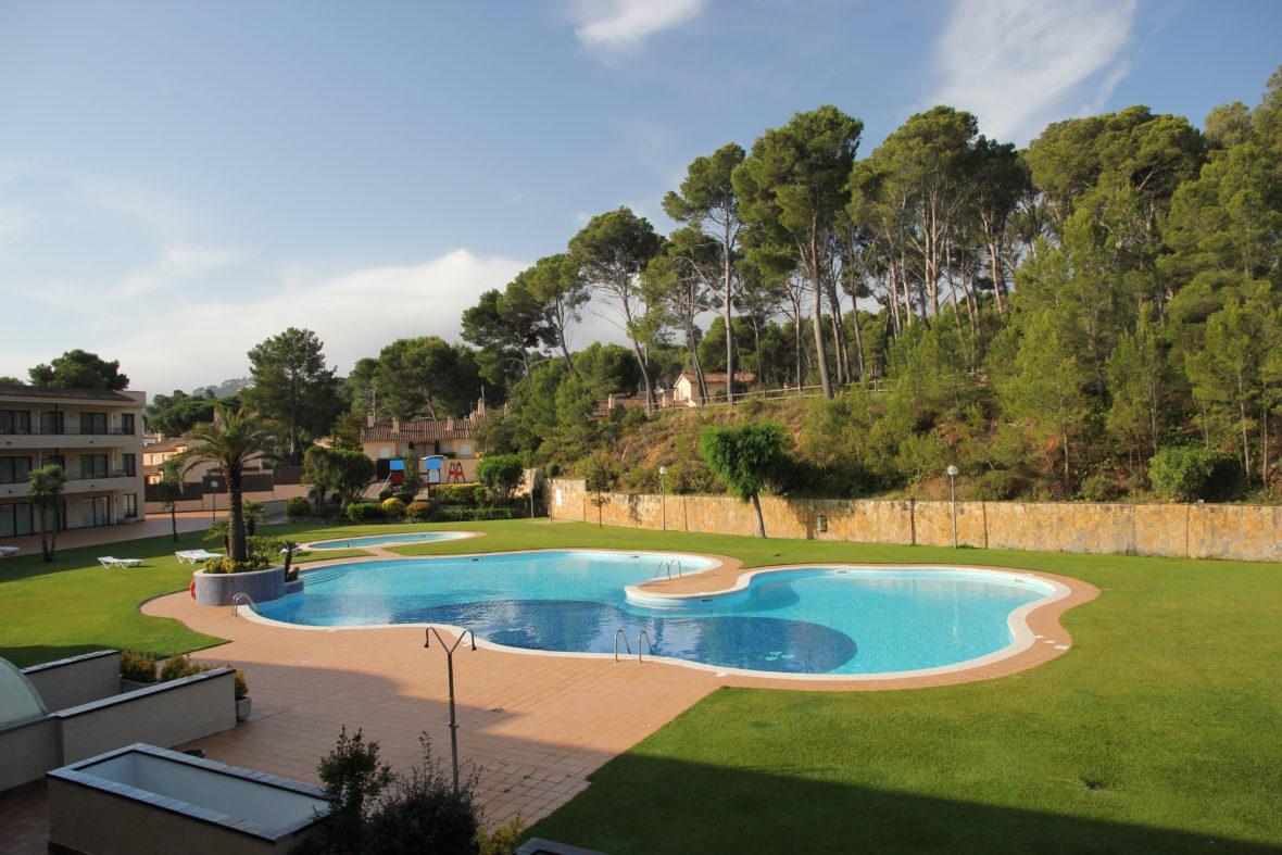 Jardín y piscina del Aparthotel & Village Golf Beach