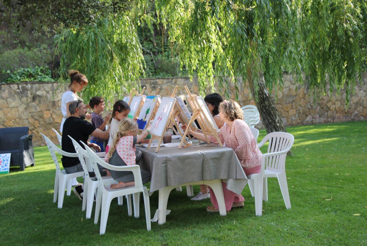 Taller creativo en familia en el jardín del Aparthotel de Pals