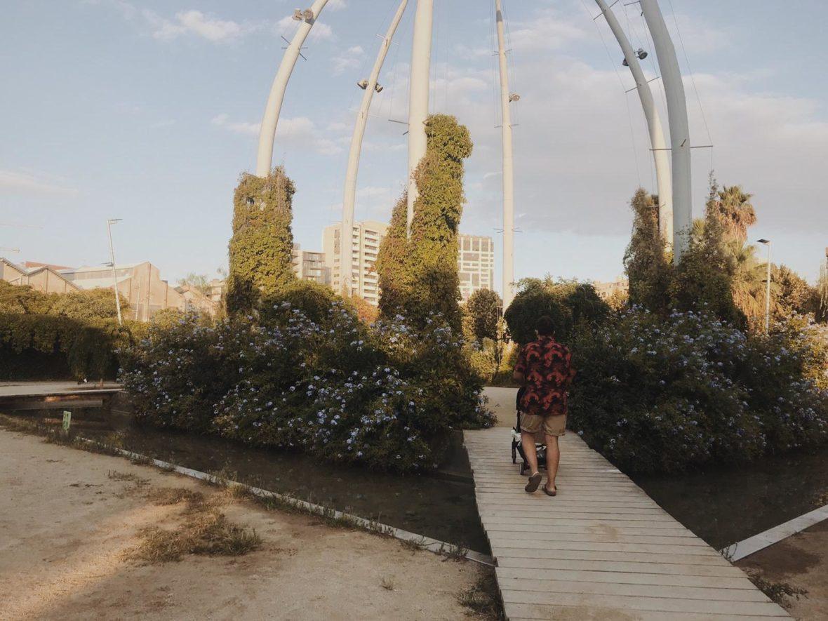 pasarela parque con hombre llevando carrito