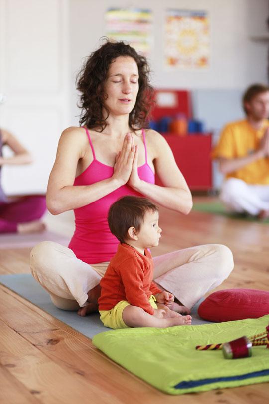 mamá haciendo yoga con bebé