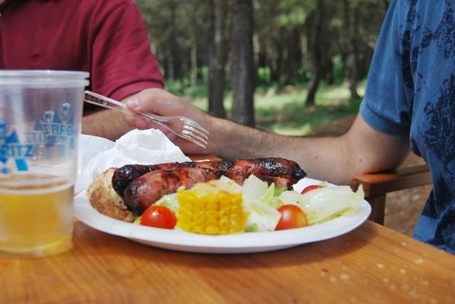 Caseta Migdia comida La Caseta del Migdia: barbacoa, bosque y vistas al mar sin salir de Barcelona