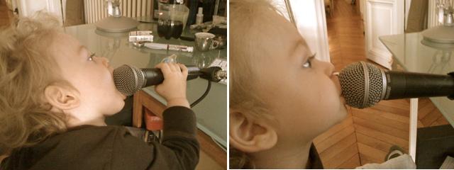 Joshua canta en el micrófono de papá
