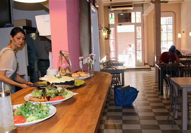 interior1 Café Camèlia: patio y juegos en plena calle Verdi
