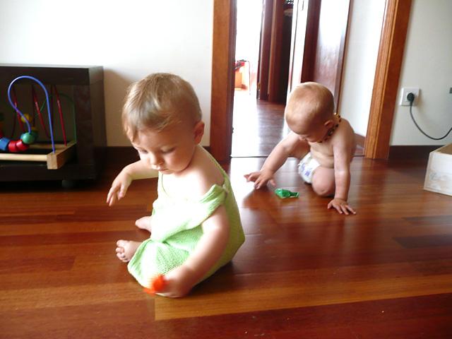 bebés jugando en casa