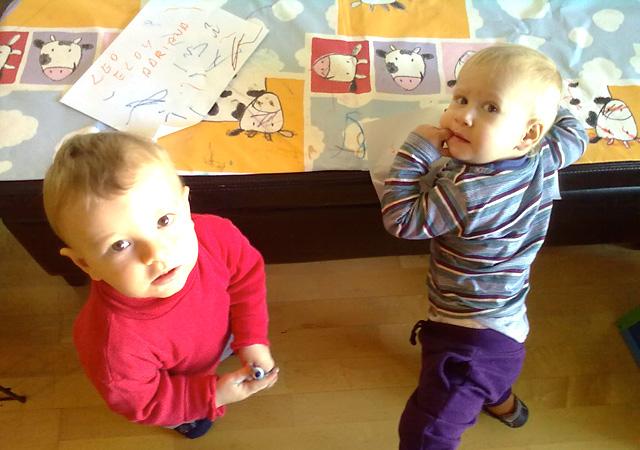 niños jugando y pintando