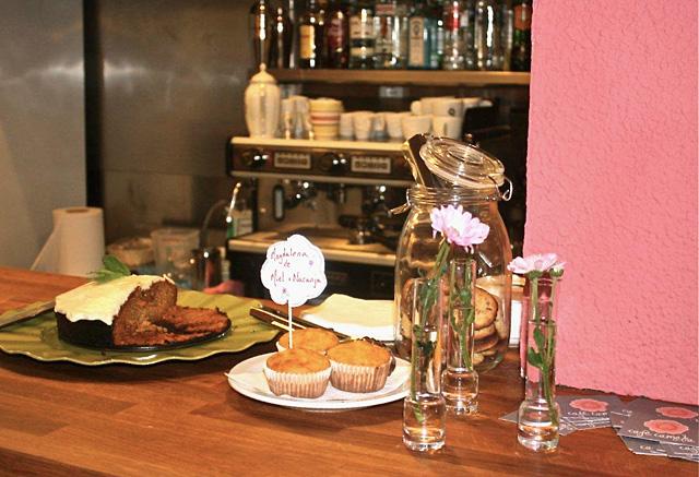 pasteles Café Camèlia: patio y juegos en plena calle Verdi