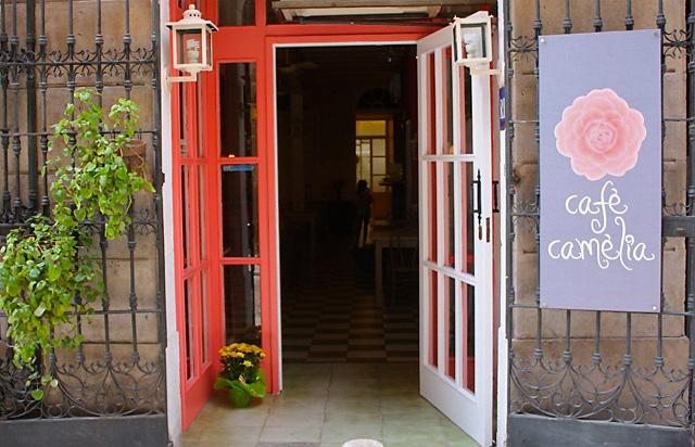 puerta Café Camèlia: patio y juegos en plena calle Verdi
