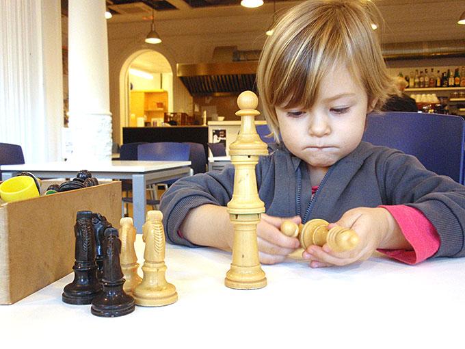 emma juega al ajedrez