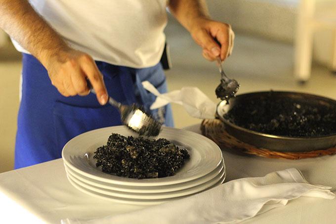 sirviendo arroz negro