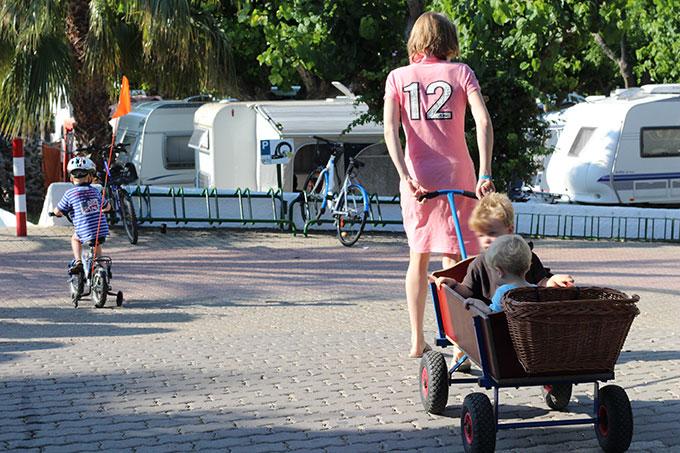 carritos con niños por las avenidas