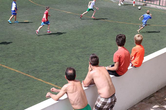 mirando jugar al fútbol