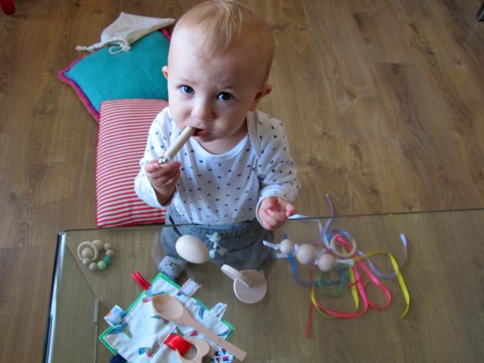 Jacques experimentando con el kit para bebés