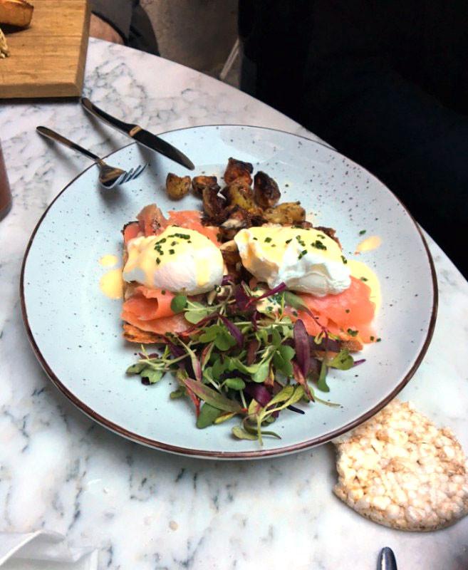 huevos-benedictine-hotel-brummell