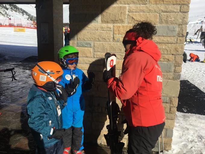 Niños clase de esquí