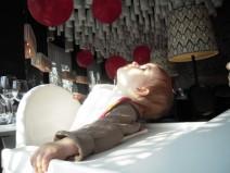 Bebé interesado en el diseño de interior