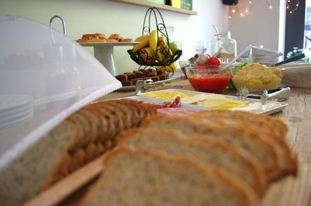 tonka salsas Tonka: deliciosos pasteles y domingos de brunch con buffet libre, en el barrio de Sant Antoni