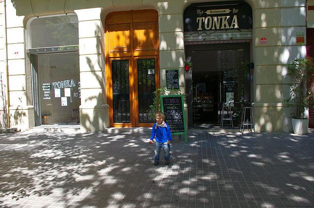 tonka terraza Tonka: deliciosos pasteles y domingos de brunch con buffet libre, en el barrio de Sant Antoni